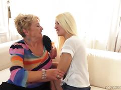 Teen babe tosses a grannies salad and makes her cum