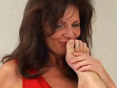 Busty cougar gives a blissful pussy lick to her horny lesbian friend