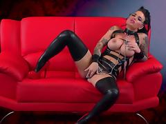 Christy Mack stretches her magnificent vagina